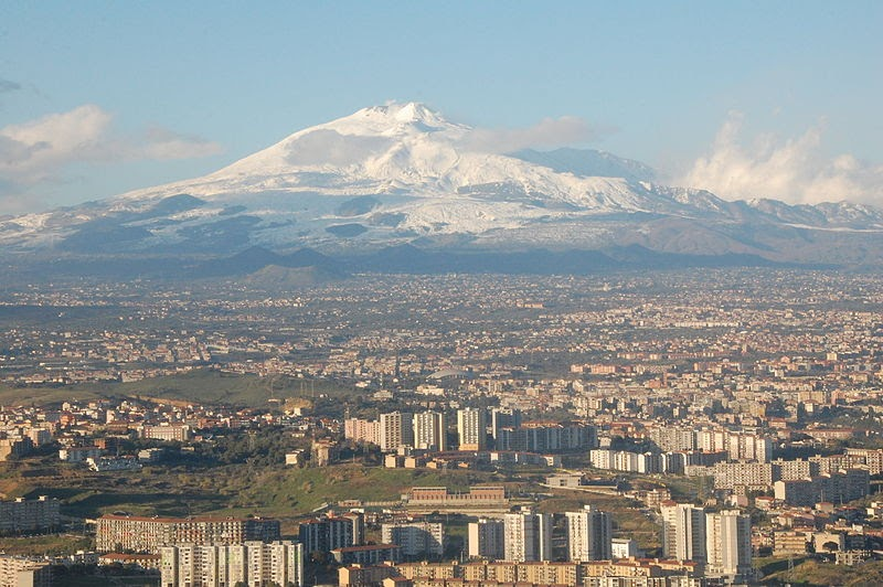 800px-Mt_Etna_and_Catania